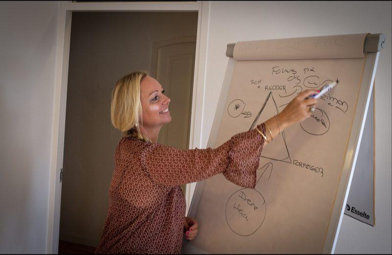 Hanna-er-job-raadgiver-og-sidder-klar-til-at-hjaelpe-dig-med-jobraadgivning-og-karrierevejledning